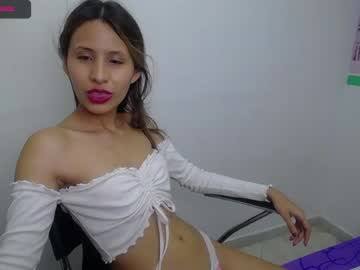 [15-07-21] marthina_cruz18 record video with toys